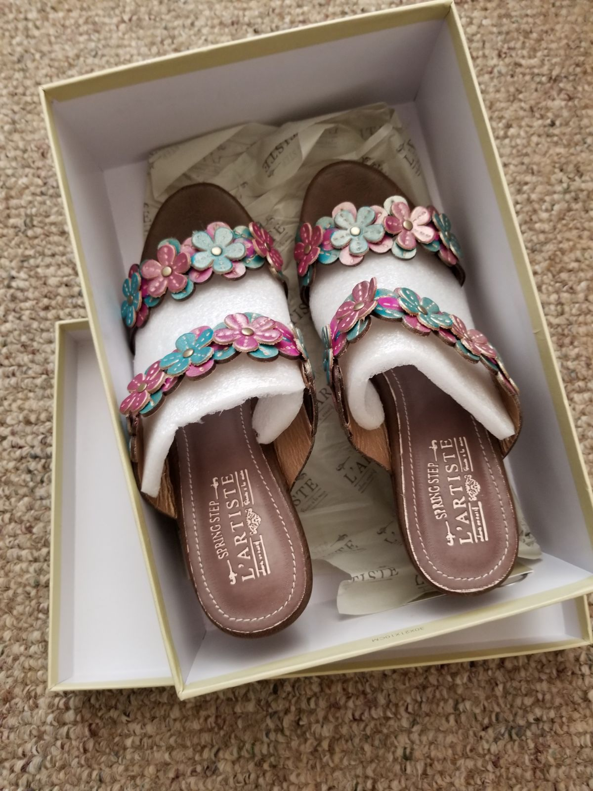l'artiste Flower Wedge Shoe (41) size 9.