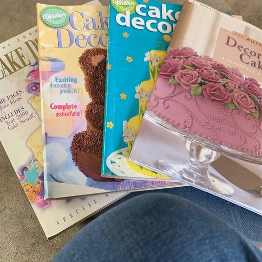Set of 4 wilton cake decorating books