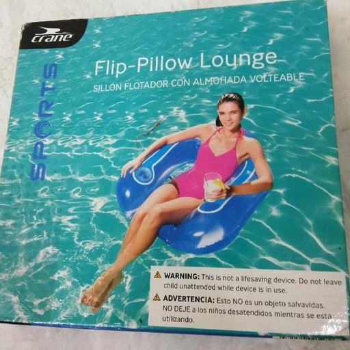 Flip-Pillow Pool Lounge