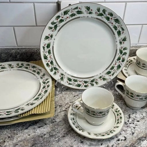 Royal Limited Holly Holiday 4 Dinner Plates + 4 Cup & Saucer Set NIB NEVER USED