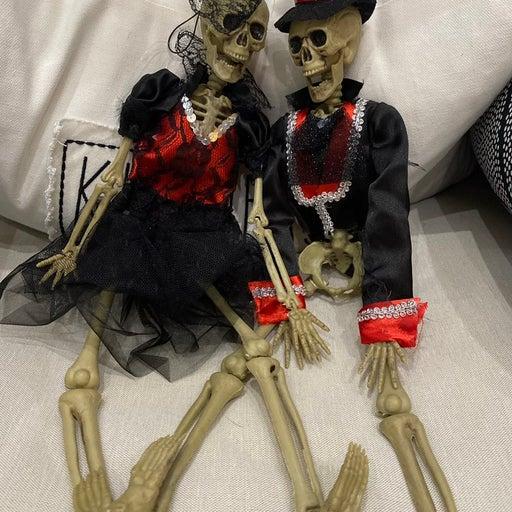Skeleton couple Halloween decor
