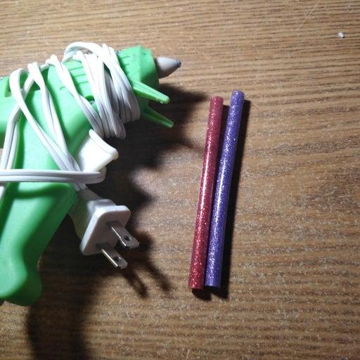 Glue gun and 2 glue sticks
