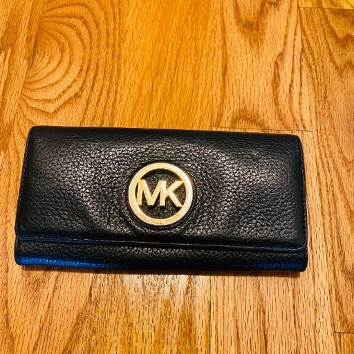 Michael Kors Fulton Flap / Black Pebbled Leather Wallet